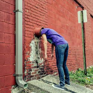 Tegen een muur praten